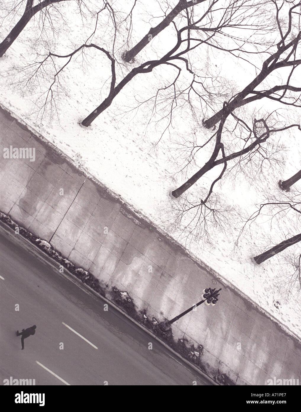 Mann läuft über Straße (Michigan Avenue) an einem winterlichen Tag in Chicago USA Stockbild