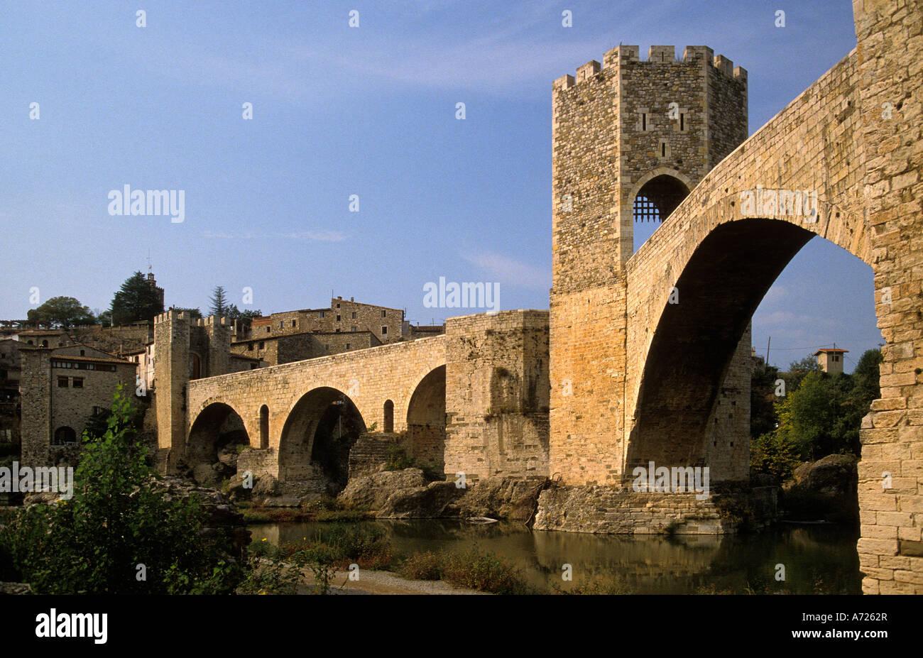 Mittelalterliche, befestigte Brücke von Besalú, Katalonien, Spanien Stockbild