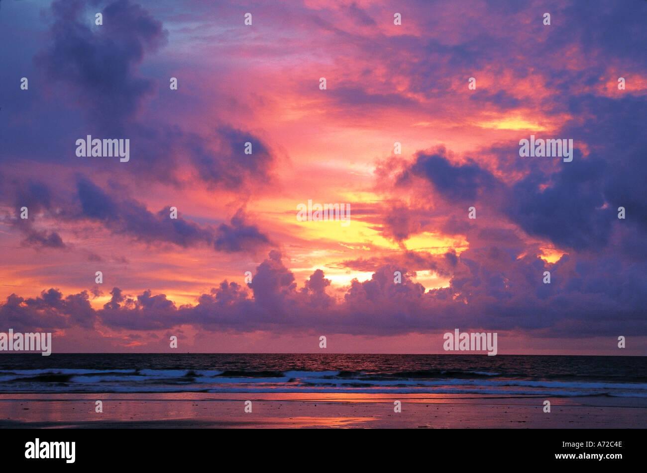 Kuta Beach bei Sonnenuntergang in Bali Indonesien Stockbild