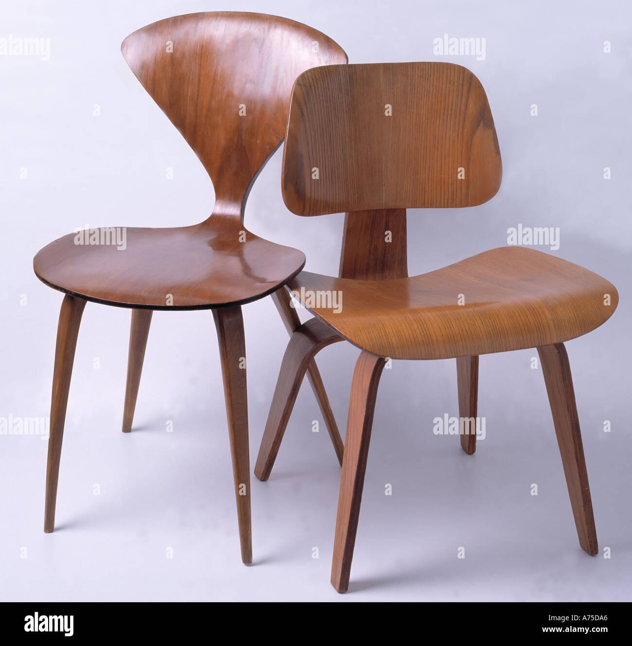 Nahaufnahme des Norman Cherner Chair mit Charles Eames DCW ...