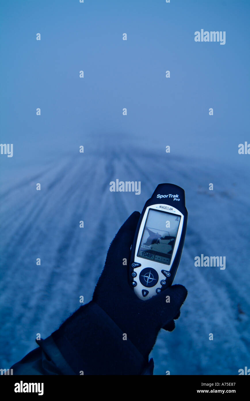 Hand, die einen GPS-Empfänger im Nebel Stockbild