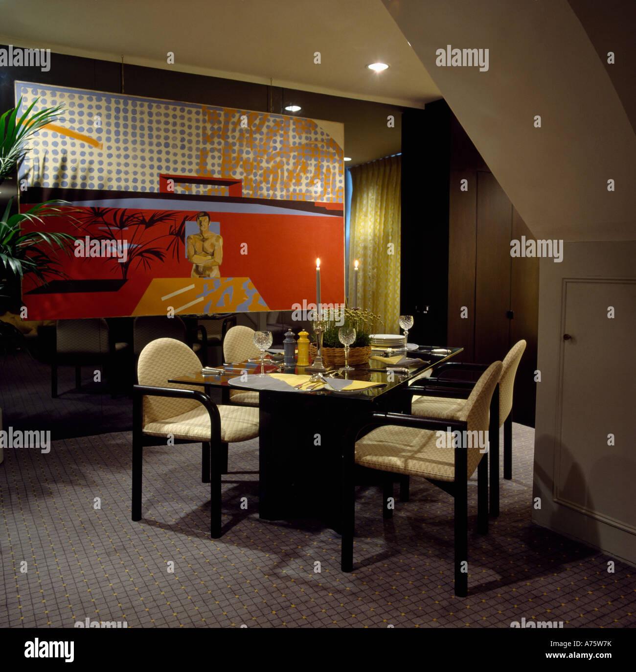 Creme Gepolsterte Stuhle In Achtziger Jahre Esszimmer Mit Grauen Teppich Und Grosses Gemalde Stockfotografie Alamy