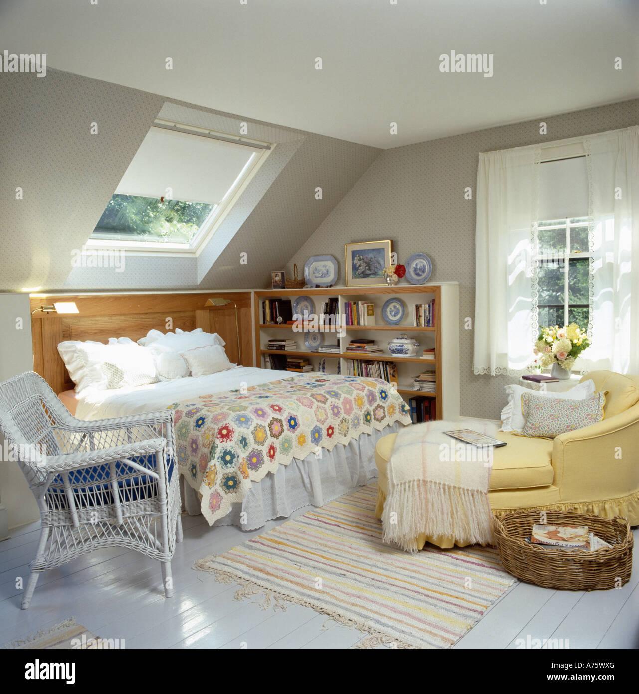traditionelle mansarde mit gelben chaiselongue und patchwork quilt auf bett unter velux fenster. Black Bedroom Furniture Sets. Home Design Ideas