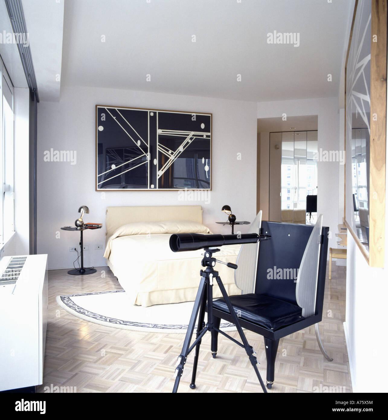 Teleskop und schwarzen Stuhl im Schlafzimmer moderne Stadt mit ...