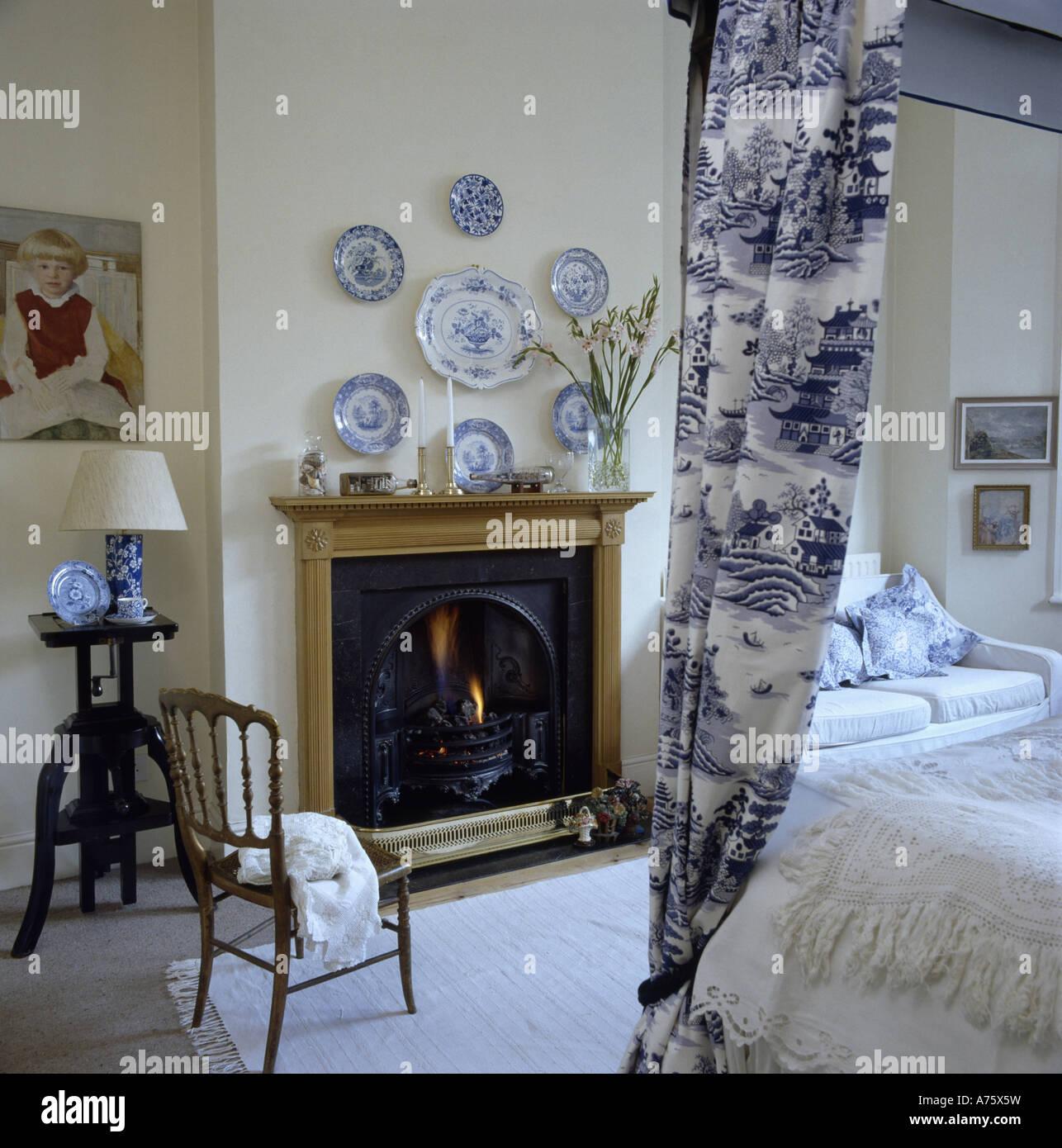sammlung von blauen und wei en teller ber dem kamin im. Black Bedroom Furniture Sets. Home Design Ideas