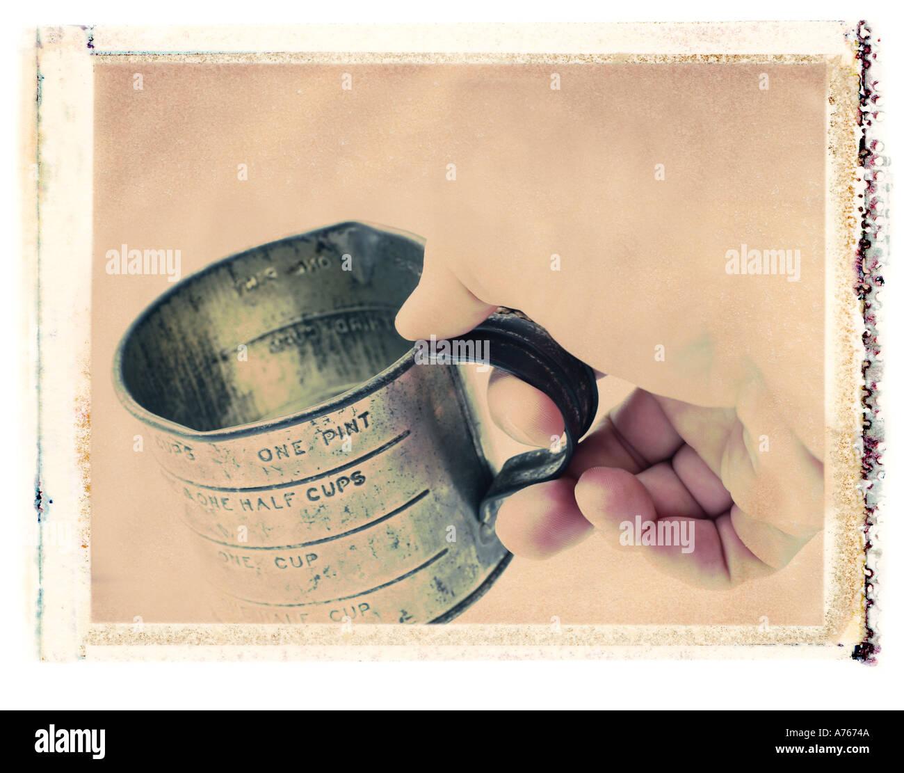 Hand, die eine alte Blechdose Stockbild