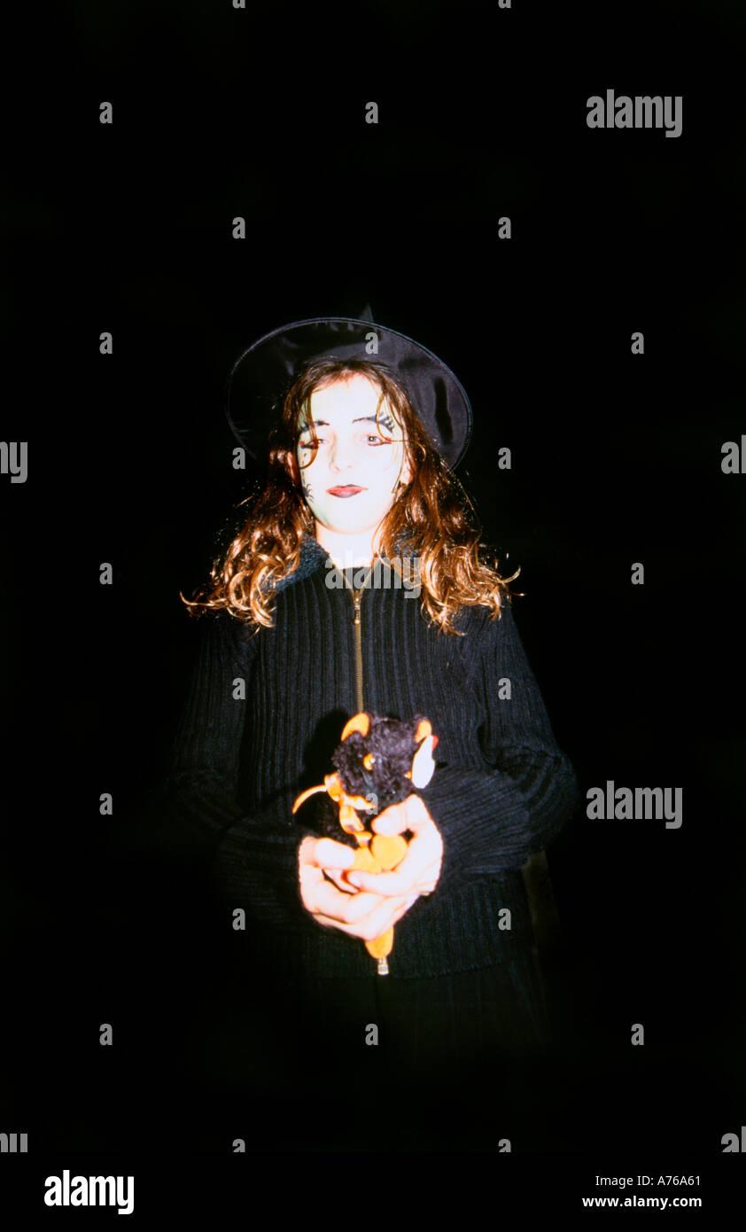 Mädchen im Alter von 9 zu Halloween als Hexe verkleidet Stockbild