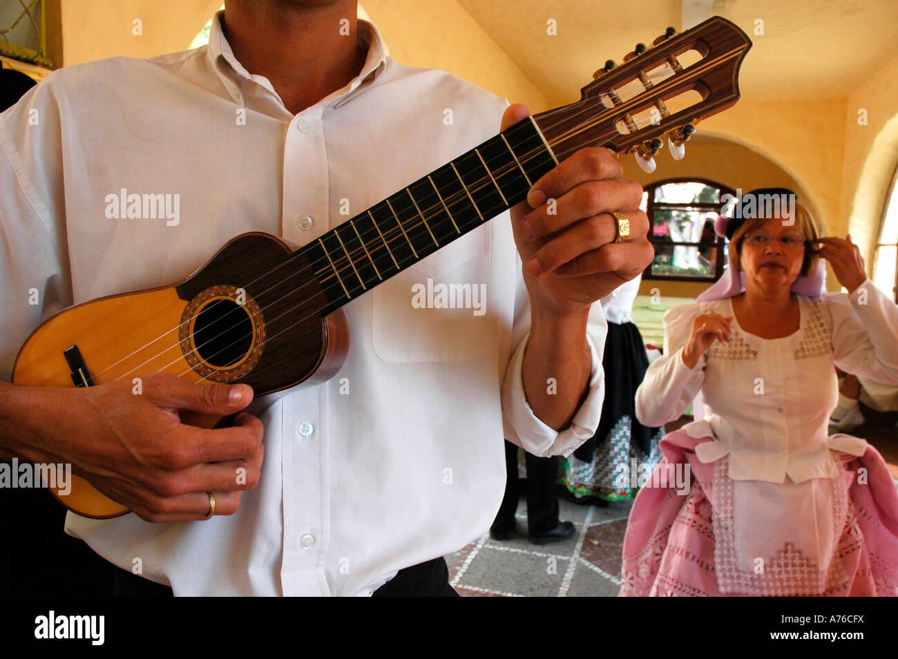 Timple Gitarre traditionelle Tanz mit Kleidern, entworfen von dem Künstler Nestor Pueblo Canario Messe Las Stockbild