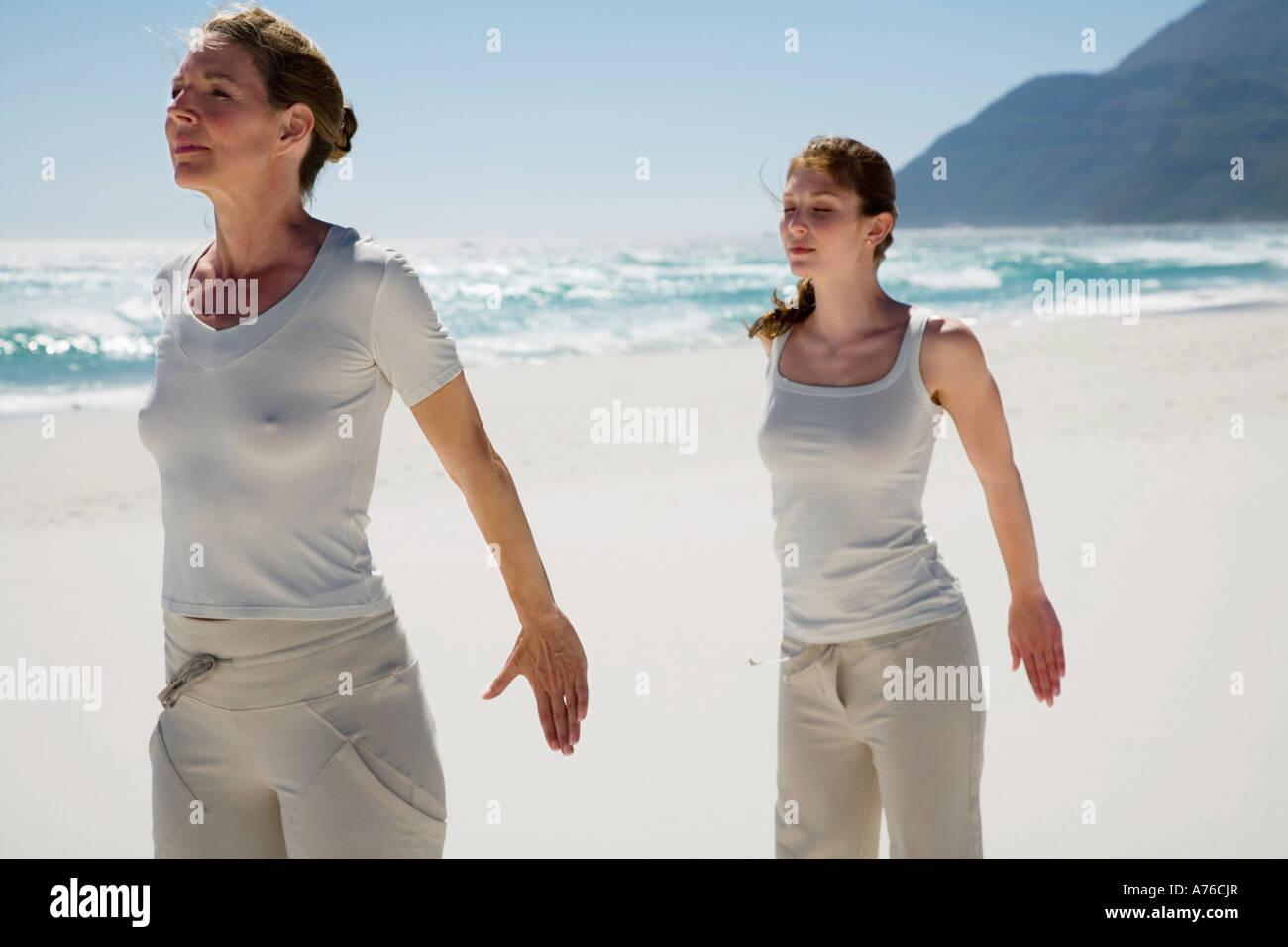 zwei frauen die aus bung von yoga am strand stockfoto bild 11739166 alamy. Black Bedroom Furniture Sets. Home Design Ideas