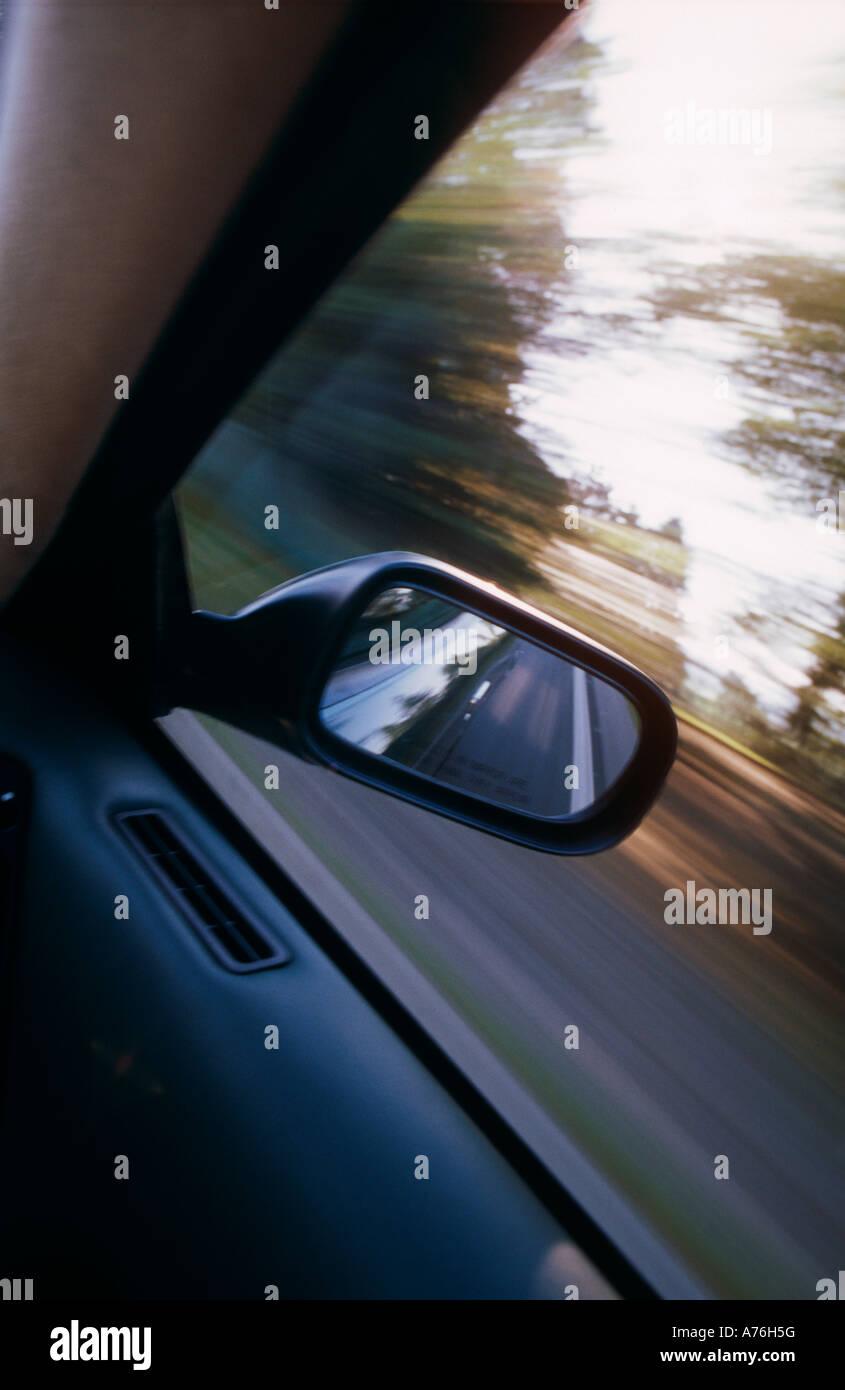 Aston Martin DB7 Vantage über Außenspiegel und getrieben mit Geschwindigkeit Stockbild