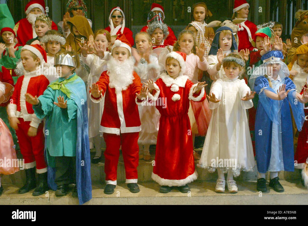 Grundschule Weihnachtsfeier mit Kindern verkleidet und singen ...