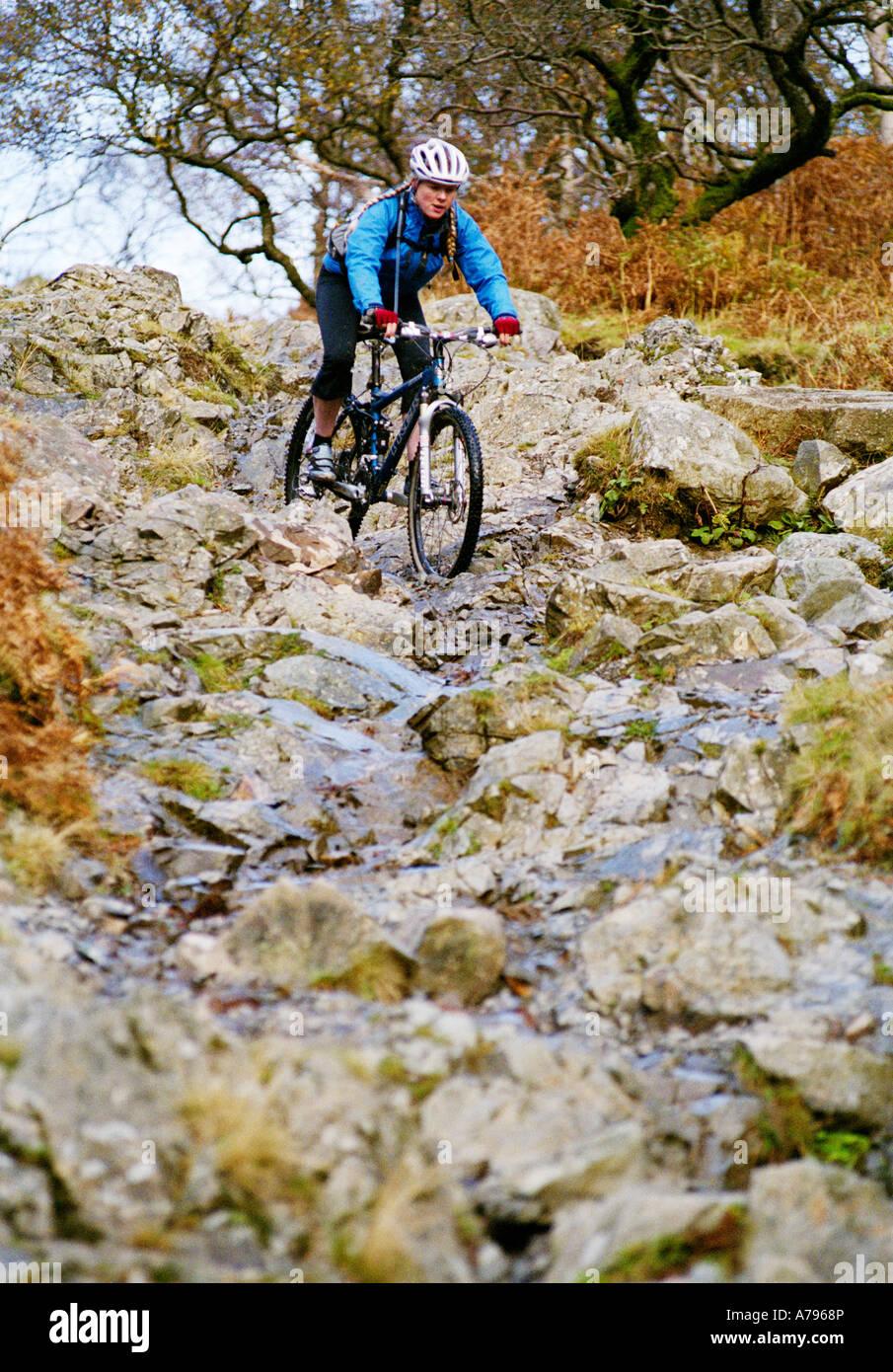 Weiblich-Mountainbiker reitet der Borrowdale-Bash im Lake District des Vereinigten Königreichs Stockbild