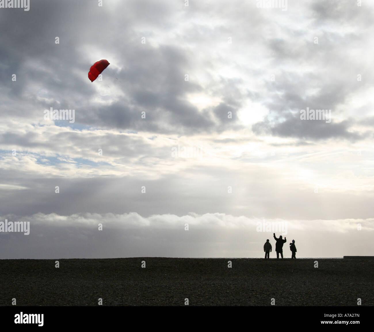 Drachensteigen am Strand von Brighton Stockbild