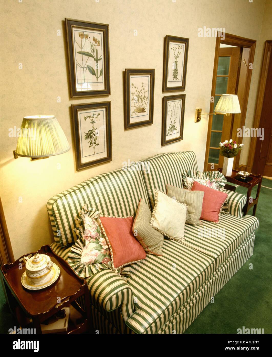 Grün Weiß Gestreiften Sofa Mit Roten Und Grünen Kissen Unter Bilder An  Wänden In Traditionellen Gartenhaus