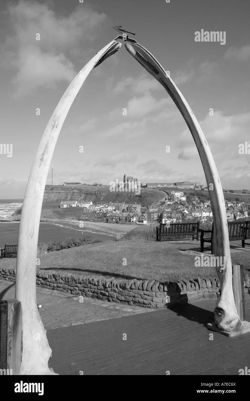 Whitby Wal Knochen Torbogen North Yorkshire schwarz-weiß England uk ...