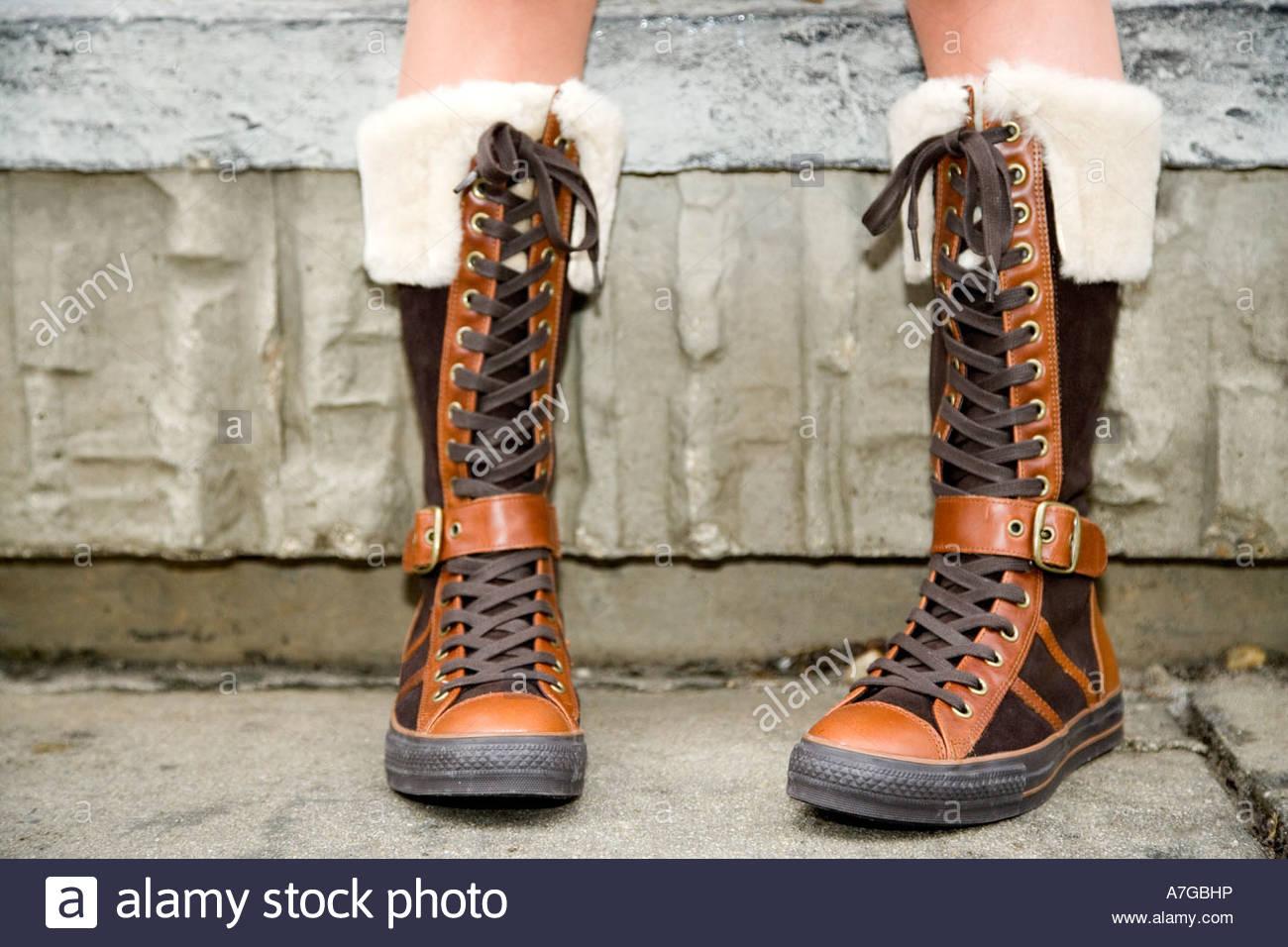 Ein Teenager mit Stiefeln Stockbild