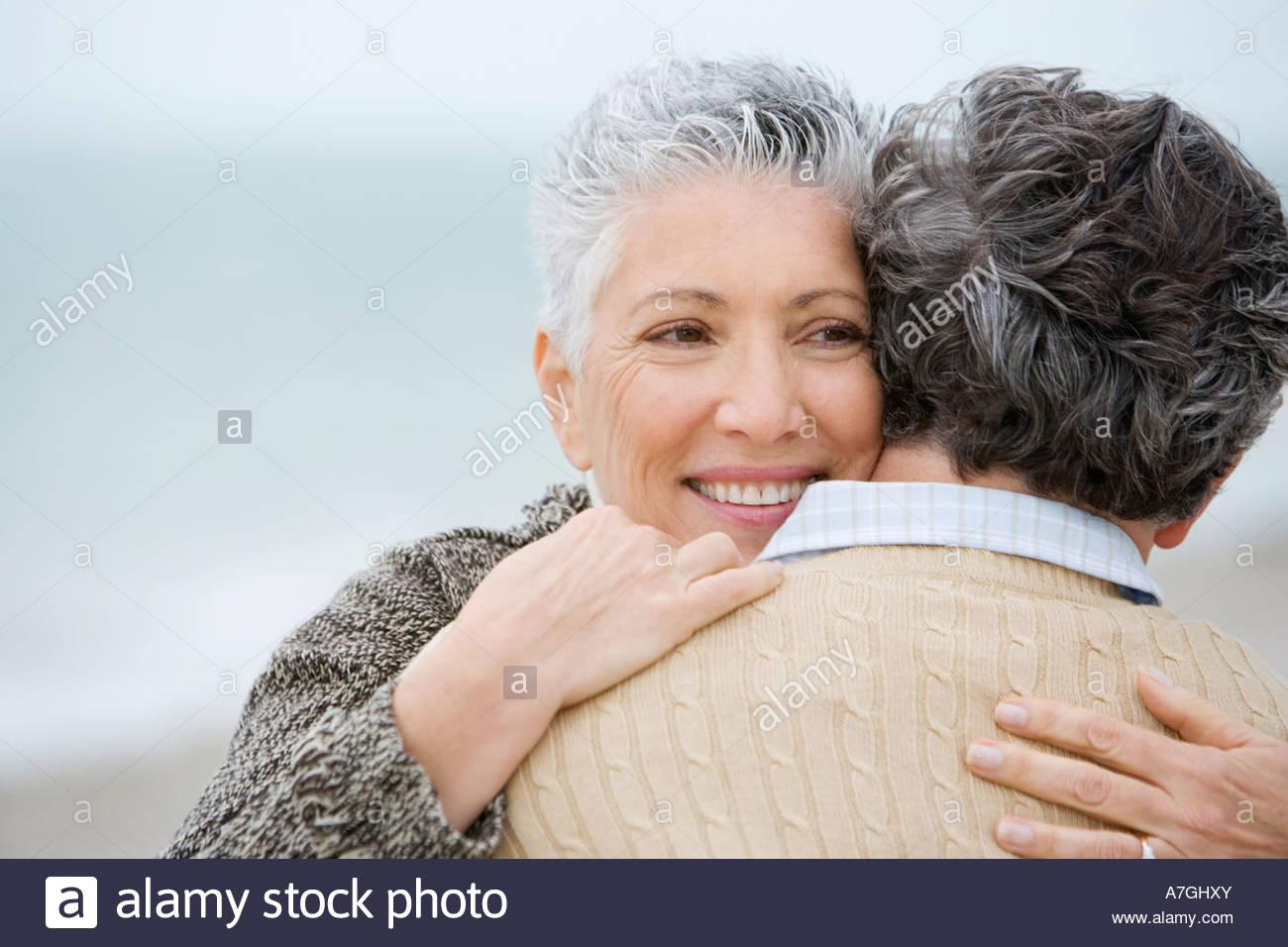 Ein älteres Paar, umarmen Stockbild