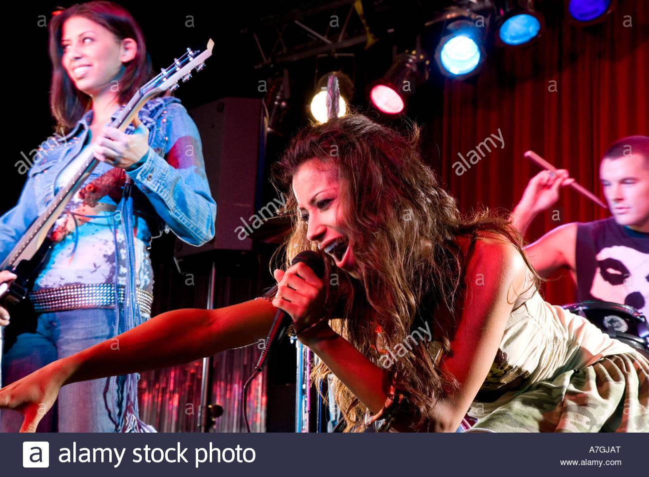 Eine junge Sängerin, die Durchführung Stockbild