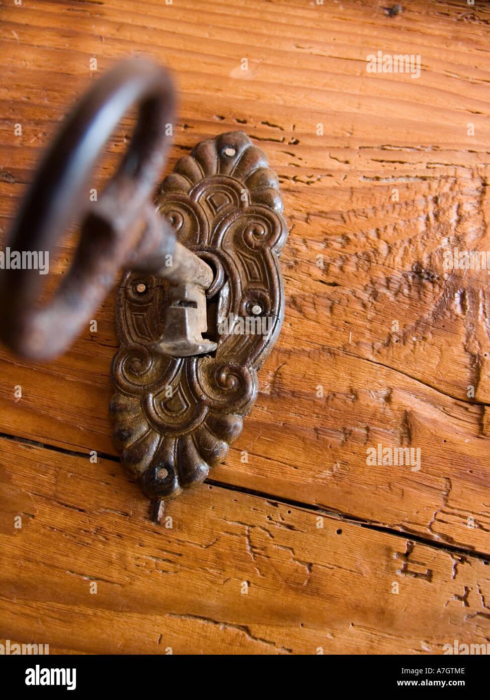 Schlüssel im Schloss Schlüsselloch auf eine alte Holztür Kommode ...