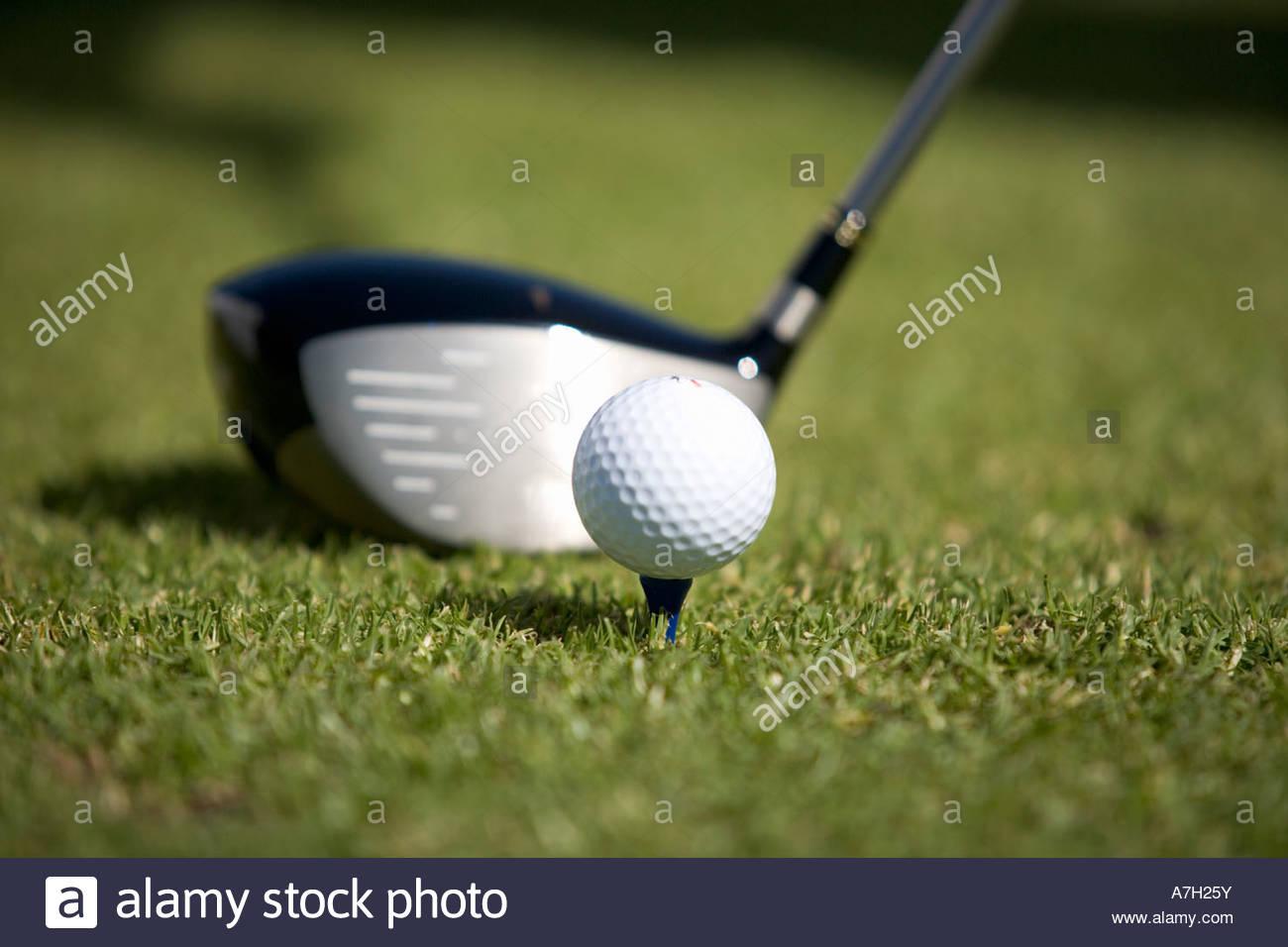 Nahaufnahme von einem Golfclub und Ball auf einem t-Shirt Stockbild