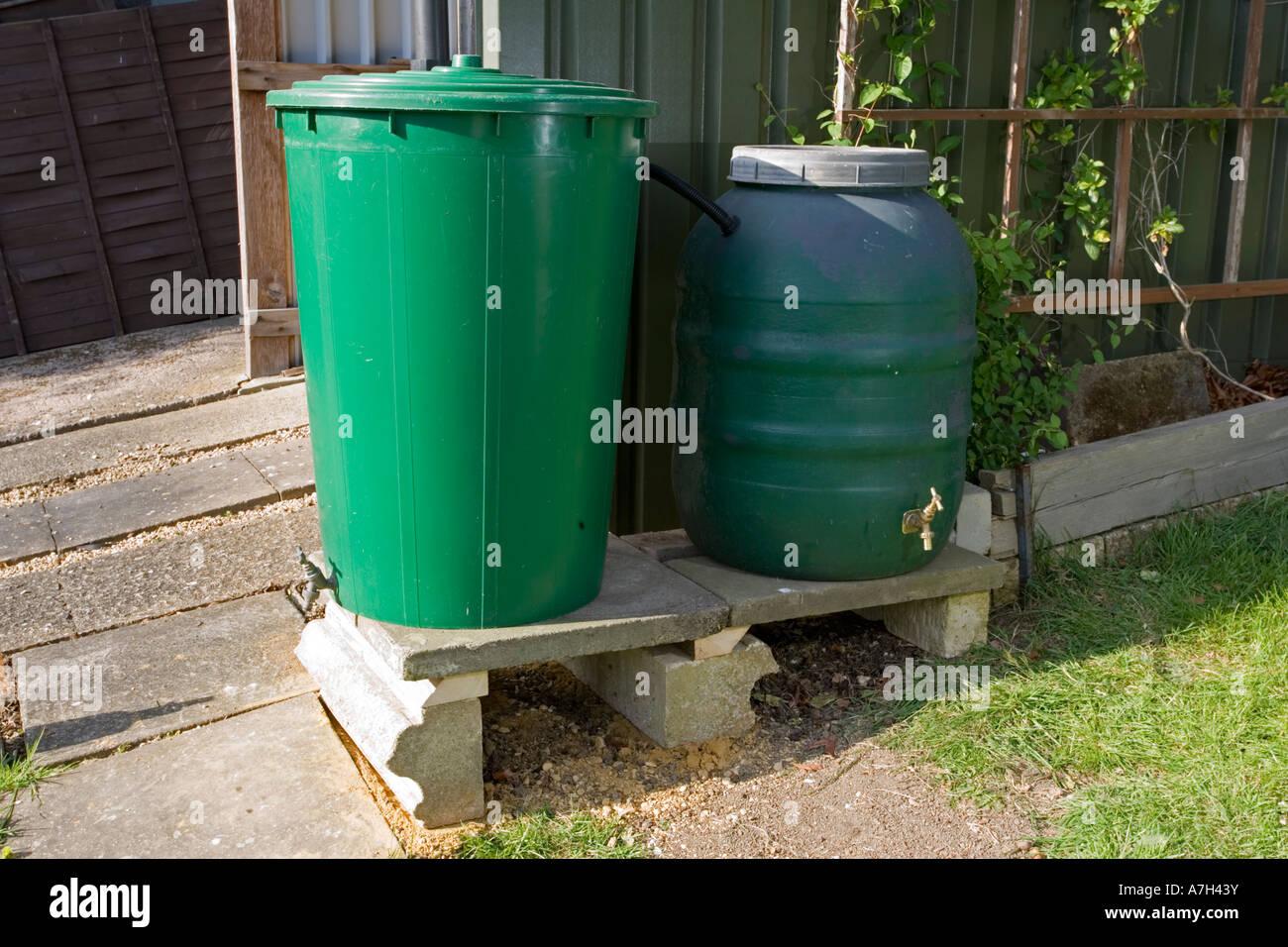 Gut bekannt Verknüpft zwei grüne Kunststoff Regentonnen sammeln und Speichern AY08