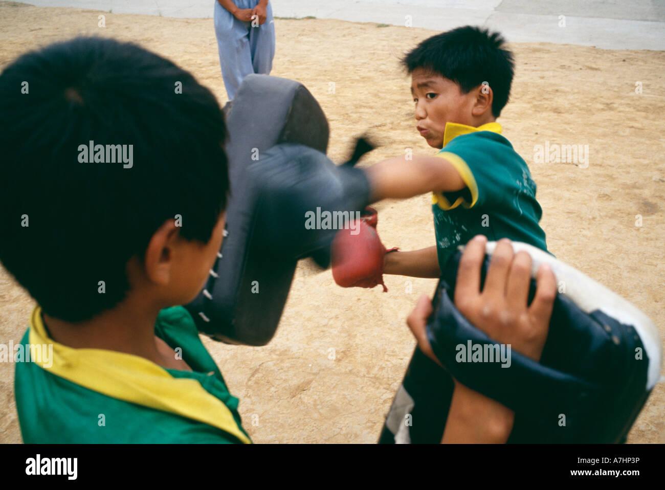 Chinesischen jungen üben an der Ta Gou Akademie Stanzen Stockbild