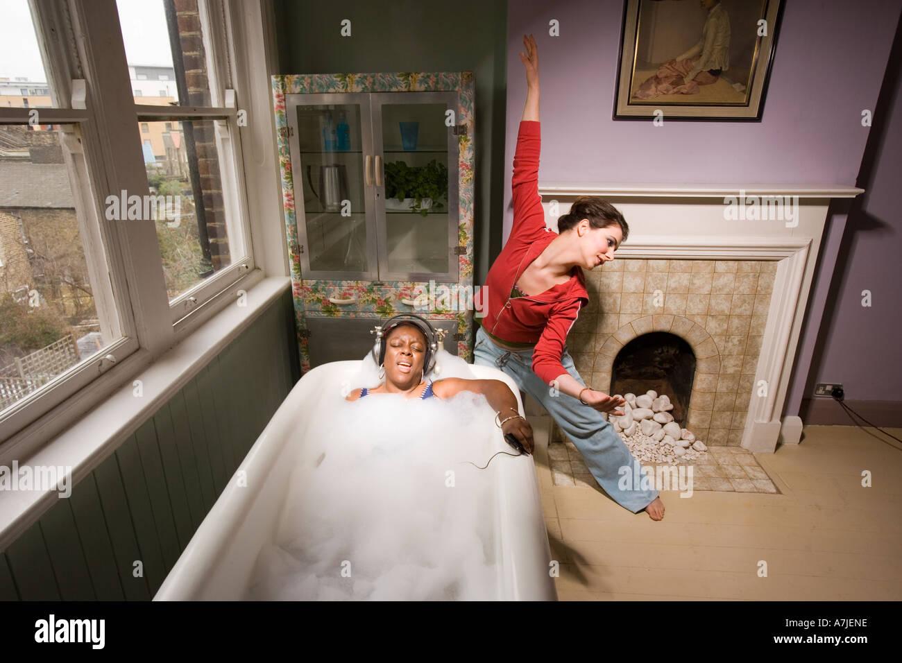 Eine Badezimmer-Szene mit einer jungen Frau, die mitten in der ...