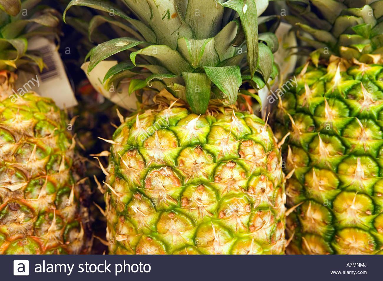 Auswahl von Ananas auf dem Display am Marktstand Nahaufnahme full-frame Stockbild