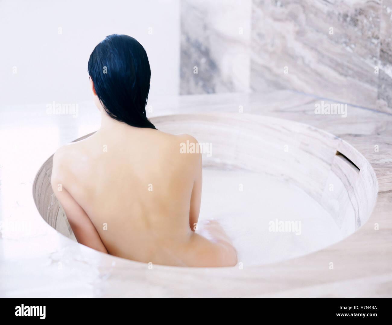 Girl nackt in der badewanne