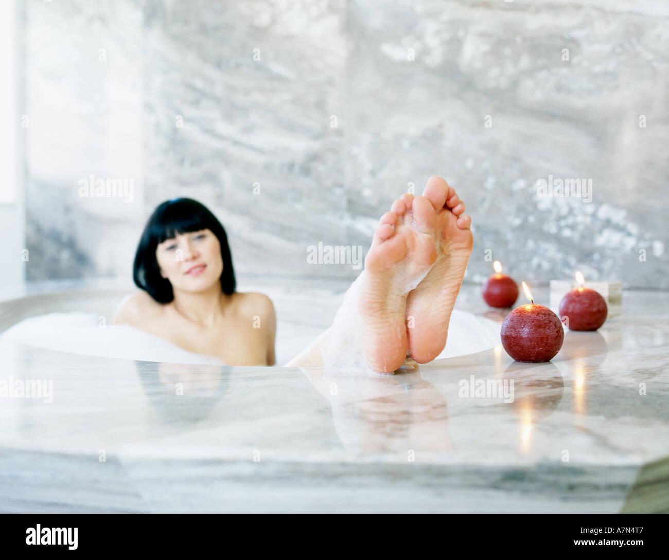 Mädchen in der badewanne nackt