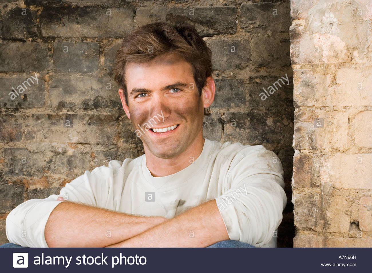 Mann Mit Dreckiges Gesicht Tun DIY Zu Hause Sitzen In Gemauerten Kamin,  Lächeln, Porträt