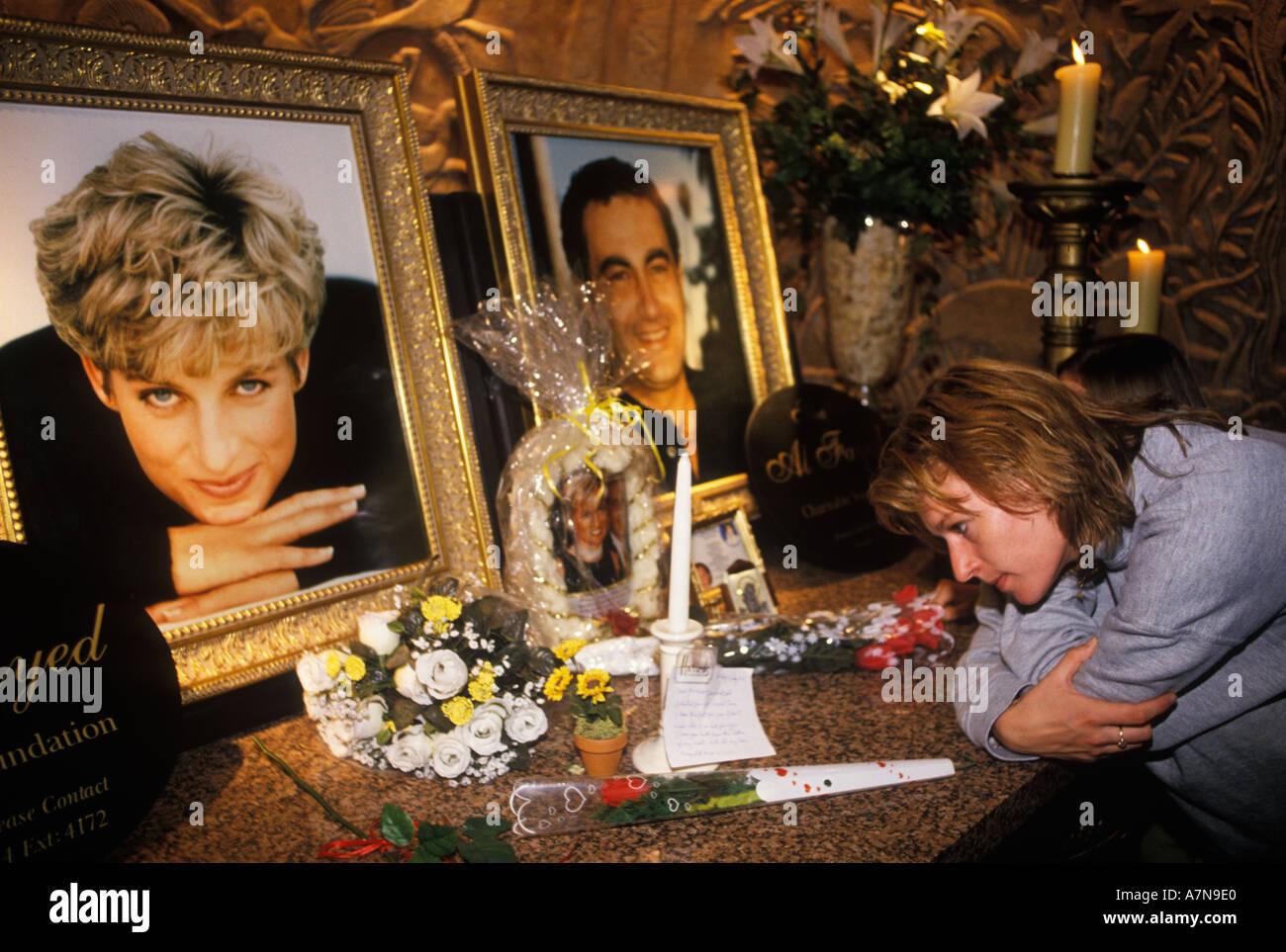 Prinzessin Diana von Wales und Dodi Fayed Mahnmal im Kaufhaus Harrods Knightsbridge London England 1997 1990 s UK HOMER SYKES Stockbild