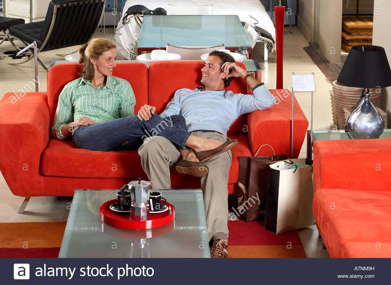 Paar Testen Neue Rotes Sofa Möbel Speichern Frau Sitzt Mit Füßen Auf Mann S  Runde Lächelnd