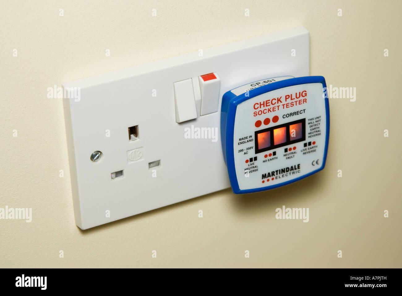 Neonlicht Netz Tester in einem 13 Amp Steckdose gesteckt, zu prüfen ...