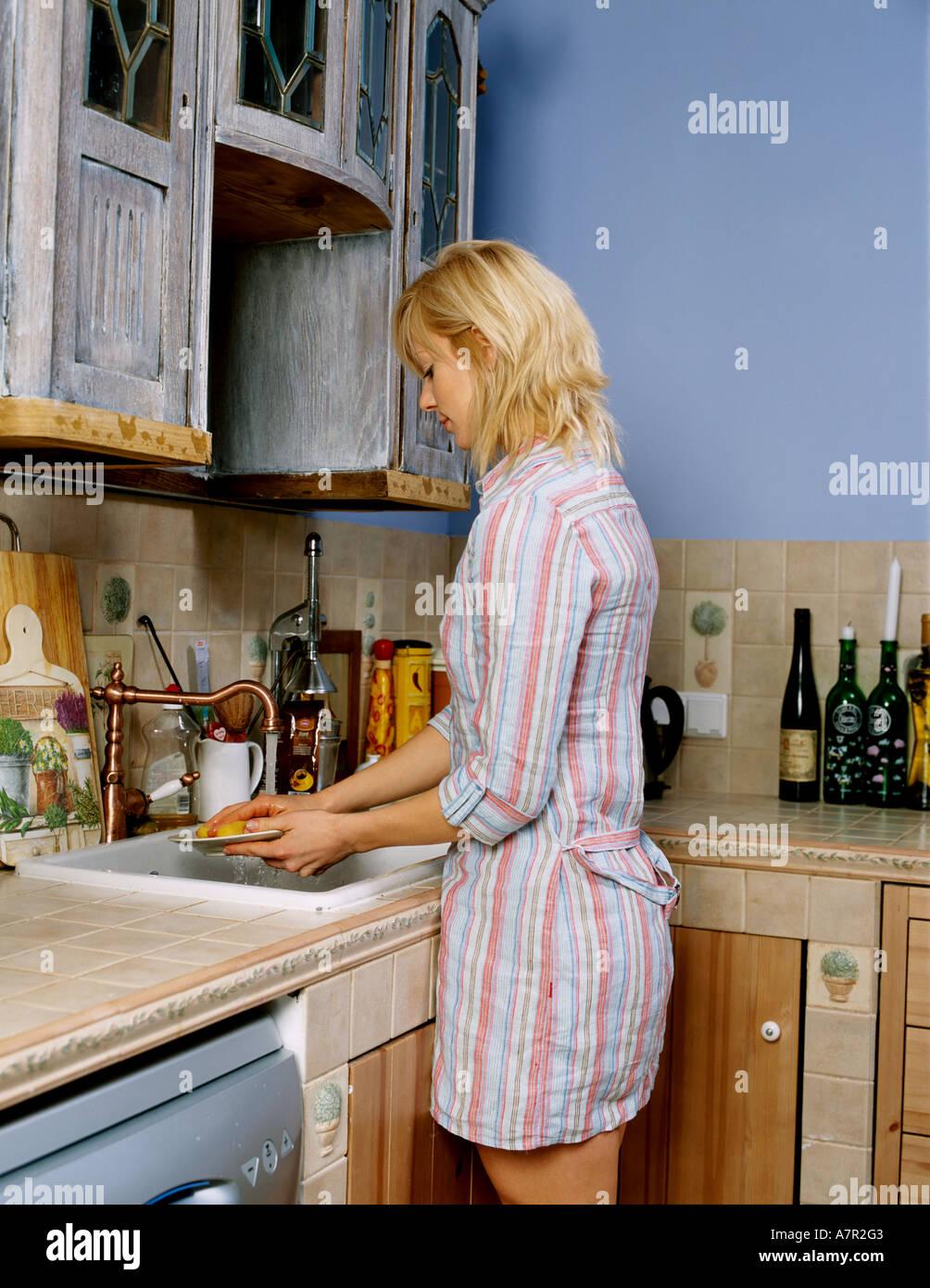 Flache Innenkuche Schrank Schranke Frau Junges Madchen 20 25 Blonde