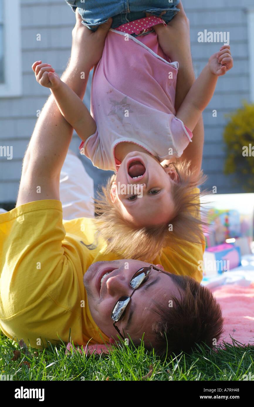 Vater und Tochter spielen Stockbild
