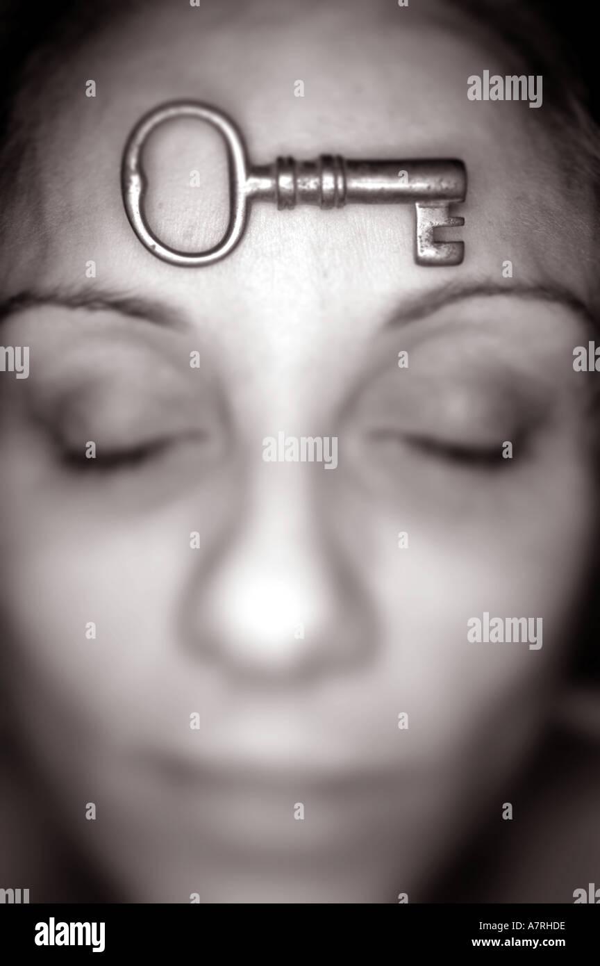 Frau mit Schlüssel auf Kopf Stockbild