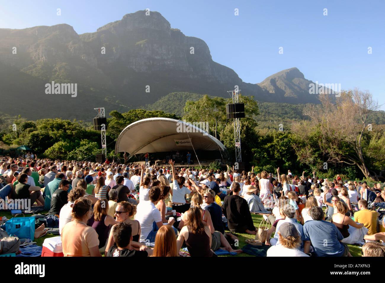 Menschenmassen beobachten Karen Zoid im Kirstenbosch Sommer Konzerte Amphitheater in Kapstadt durchführen Stockbild