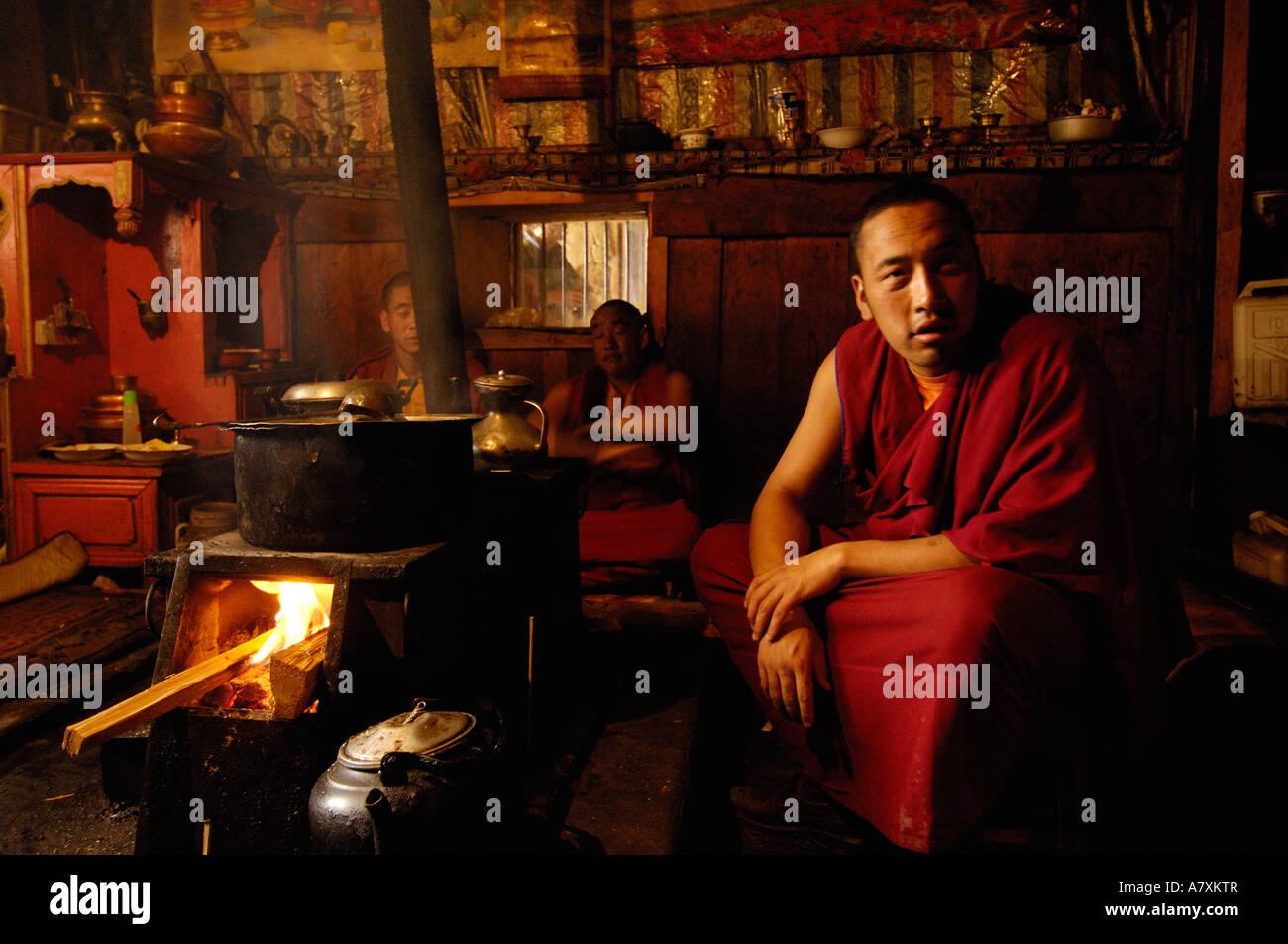 Yak-Buttertee in der Küche des Songzhanling Klosters zu machen