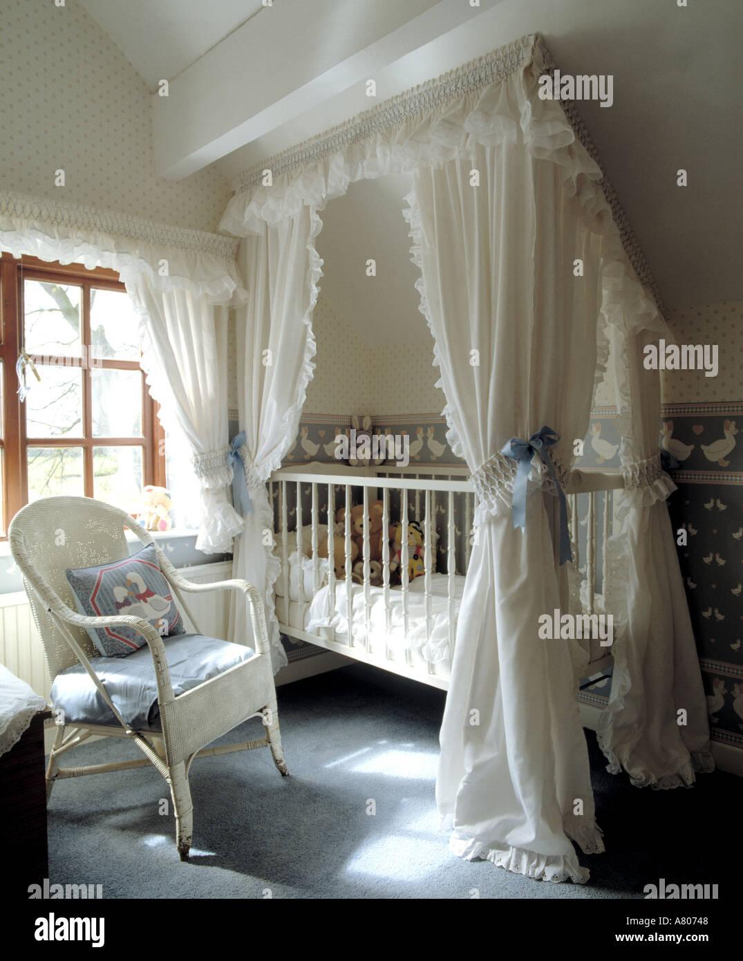 Weiße Baumwolle Vorhänge über dem Babybett im Dachgeschoss ...
