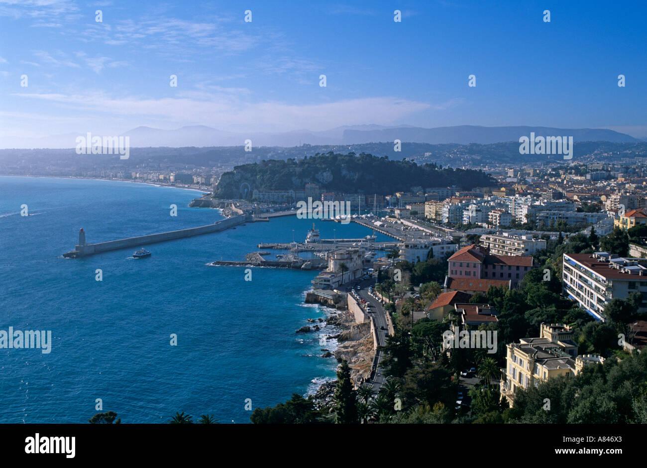 Frankreich. Schön. Totale mit Blick auf Hafen und der größte Teil der Stadt auf dem Wasser hinter Berg. . Stockbild