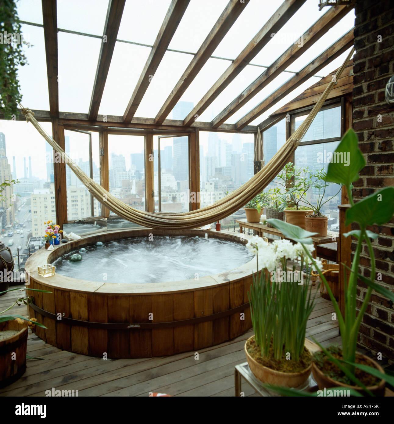Hängematte über dem Whirlpool im Wintergarten Badezimmer mit Blick ...