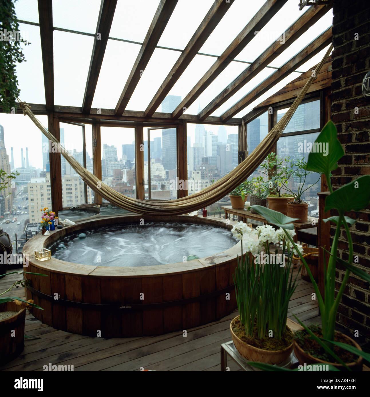 h ngematte ber dem whirlpool im wintergarten anbau mit blick auf new york durch windows. Black Bedroom Furniture Sets. Home Design Ideas