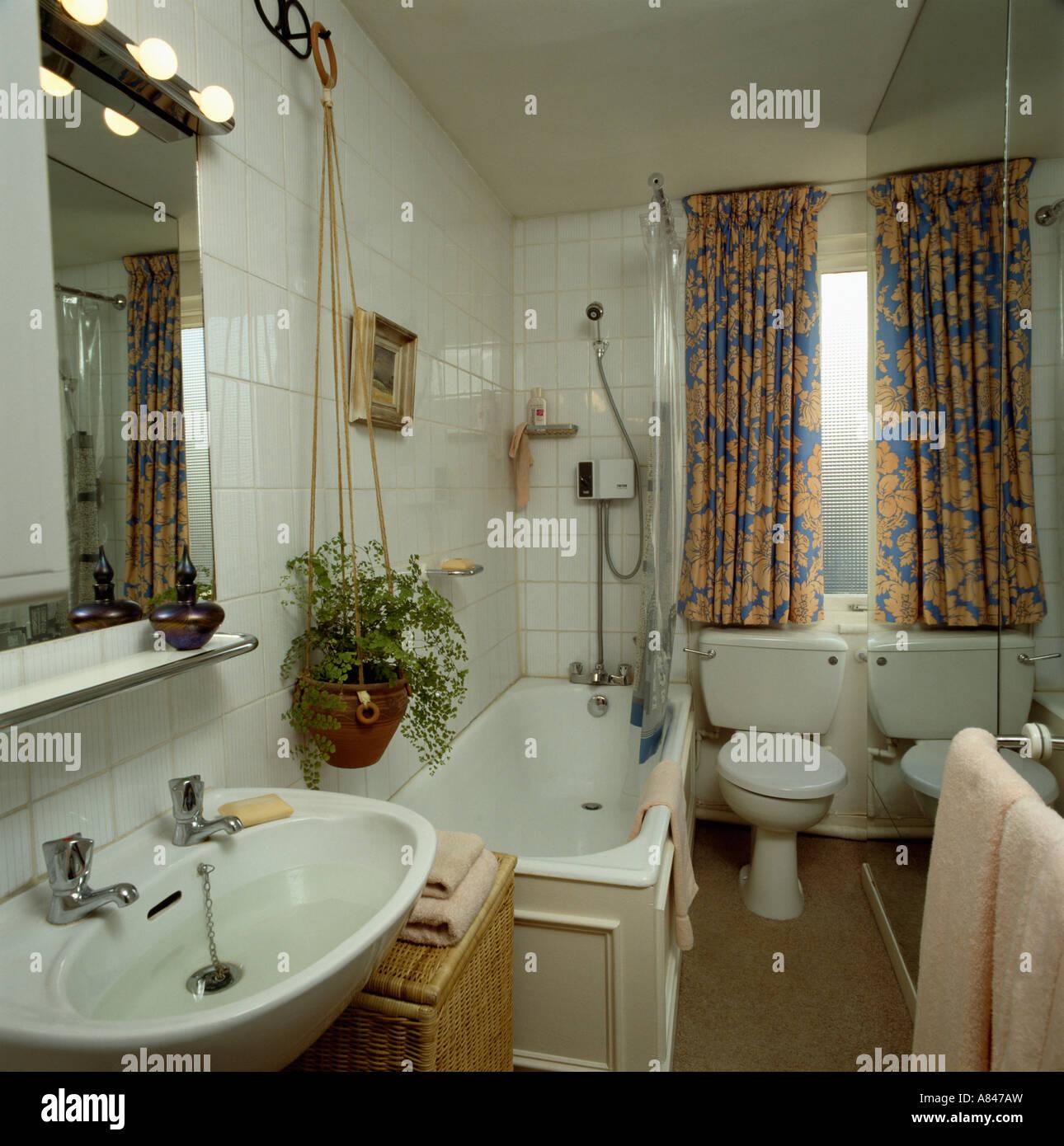 Gelb Und Blau Gemusterte Vorhange In Kleinen Weissen Badezimmer