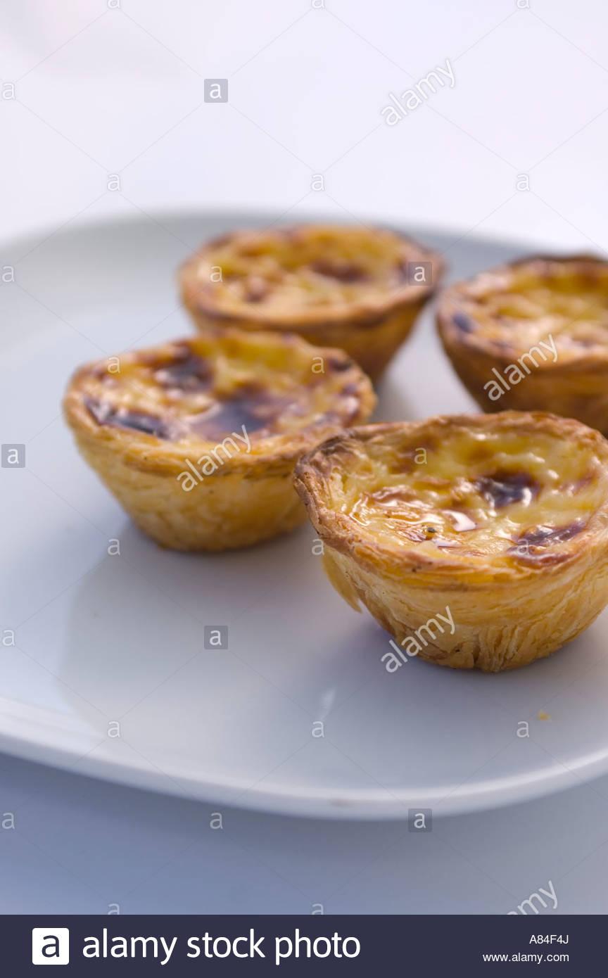 Vier Portugiesische Pasteis De Nata Oder Pudding Kuchen Auf Einem