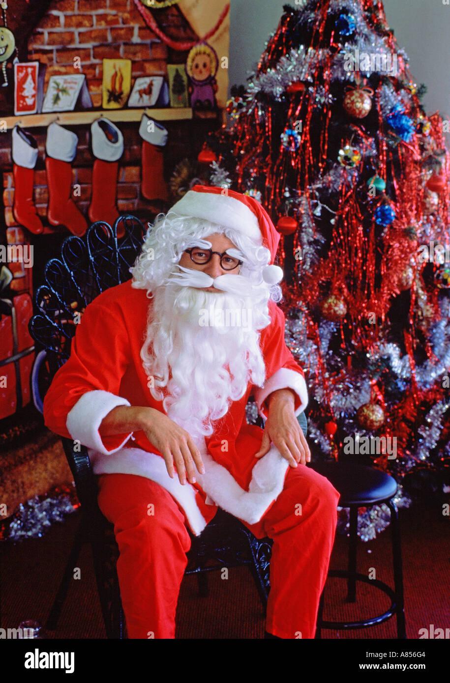 Santa Claus (Weihnachtsmann) sitzen im Speicher Einstellung Weihnachtsbaum Stockbild