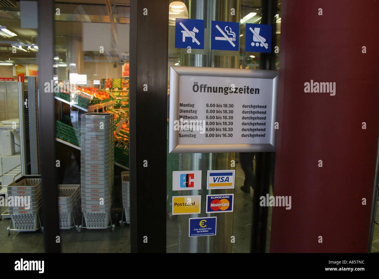 Öffnungszeiten im Shop in der Schweiz, Kreditkarten-Zeichen.  (c) von Uli Nusko, ch-3012 bern Stockbild