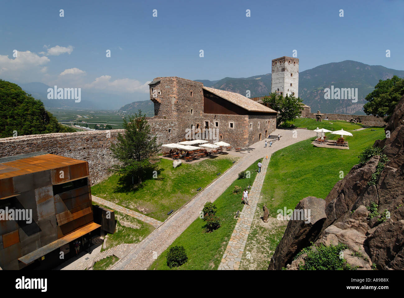 schloss sigmundskron mit dem alpinen museum von reinhold messner messner mountain museum firmian. Black Bedroom Furniture Sets. Home Design Ideas