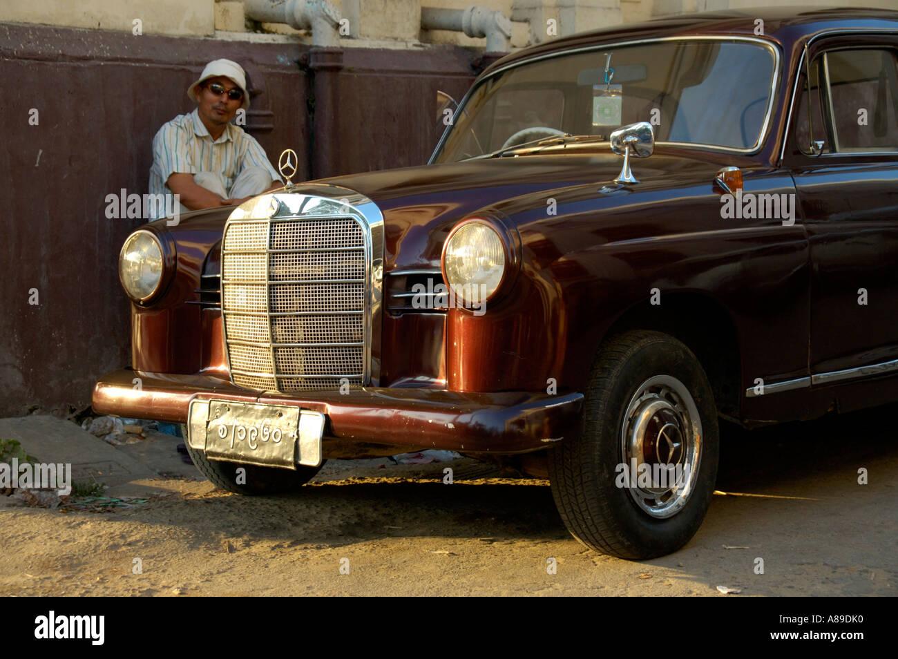 Mercedes-Benz Oldtimer in der Innenstadt von Yangon Birma Stockbild