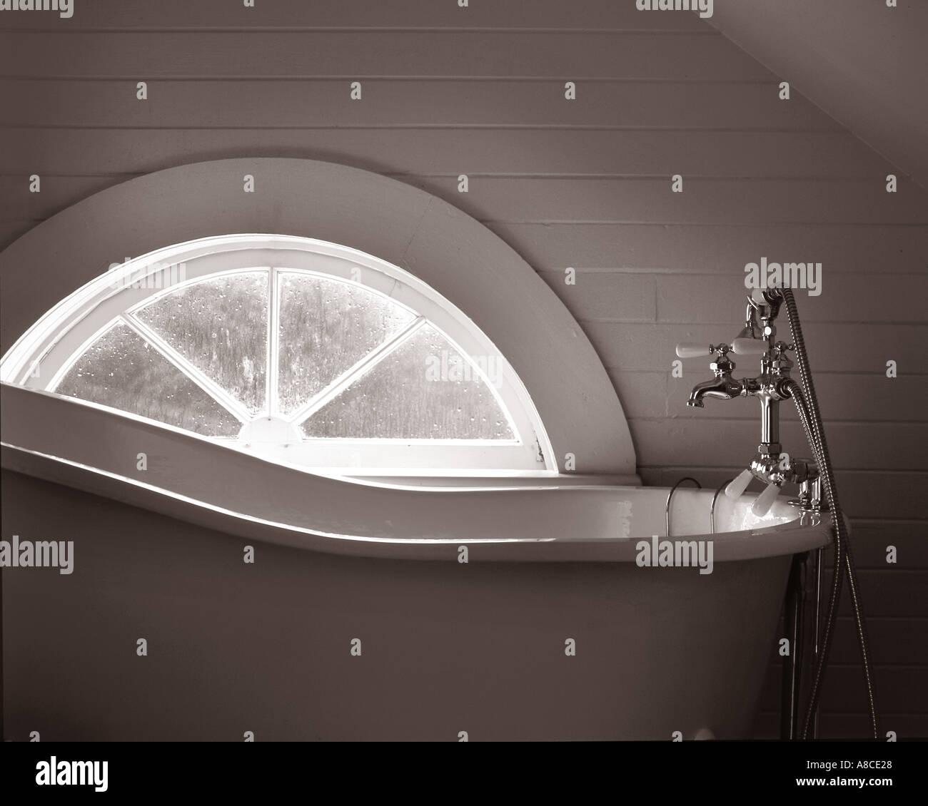 Antike Badewanne durch Fensterlicht getönten Sepia Stockbild